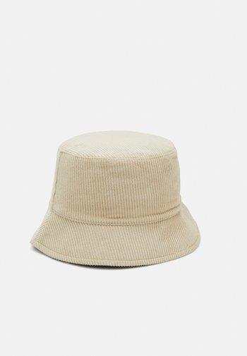 PCJIOLA BUCKET HAT - Hat - warm sand