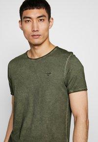 JOOP! Jeans - CLARK - Camiseta básica - dark green - 4
