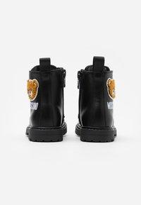 MOSCHINO - Šněrovací kotníkové boty - black - 2