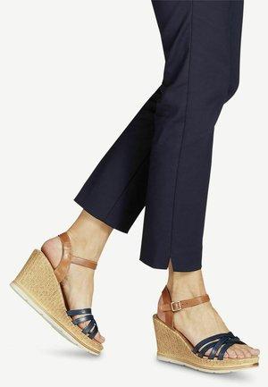 Sandály na klínu - cognac/navy