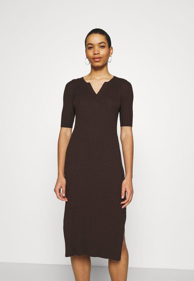 SPLIT NECK COLUMN - Korte jurk - dark mahogany