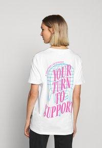YOURTURN - T-shirt med print - white - 1