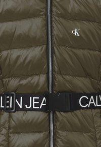 Calvin Klein Jeans - ESSENTIAL LONG - Kabát zprachového peří - green - 5