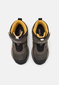 Geox - TERAM BOY ABX - Zimní obuv - military/dark yellow - 3