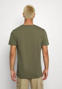 CLOSURE London - UTILITY TEE - Print T-shirt - khaki - 2