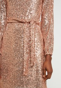Dorothy Perkins - SEQUIN LONG SLEEVE FIT AND FLARE - Juhlamekko - rose gold - 6