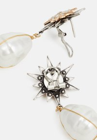 Anton Heunis - OMEGA DOUBLE STAR WITH PENDANT - Ohrringe - cream/antique silver-coloured/gold-coloured - 1