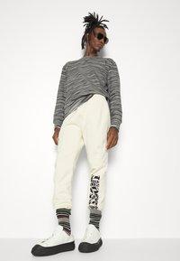 Missoni - CREWNECK  - Sweatshirt - felpa fiammata nero bianco - 3