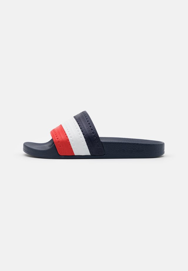 ADILETTE SPORTS INSPIRED SLIDES UNISEX - Sandalias planas - bright royal/red/footwear white