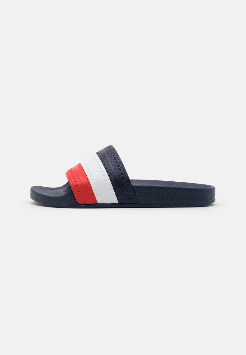 adidas Originals - ADILETTE SPORTS INSPIRED SLIDES UNISEX - Muiltjes - bright royal/red/footwear white