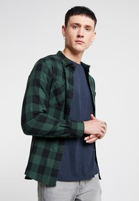 Urban Classics - CHECKED SHIRT - Camicia - black/forest - 0