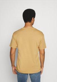 Scotch & Soda - CLUB NOMADE TEE - Print T-shirt - camel - 2