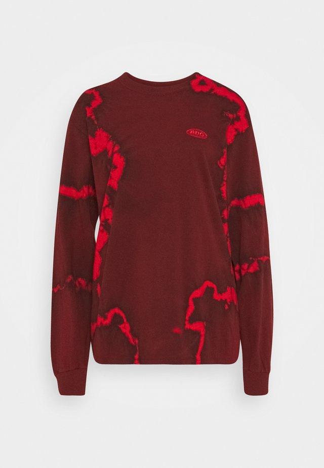 DRIP TIE DYE SKATE TEE - T-shirt à manches longues - red