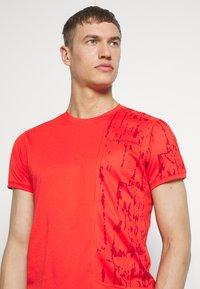 La Sportiva - LEAD - T-shirt z nadrukiem - poppy - 3