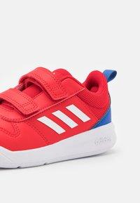 adidas Performance - TENSAUR UNISEX - Sportschoenen - scarlet/footwear white/team royal blue - 5