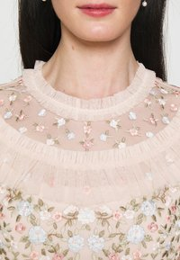 Needle & Thread - LALABELLE MINI DRESS - Koktejlové šaty/ šaty na párty - strawberry icing - 6