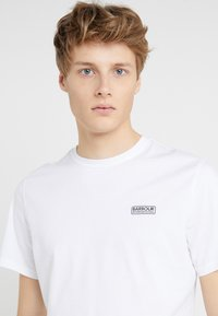 Barbour International - ESSENTIAL SMALL LOGO TEE - Basic T-shirt - white - 4