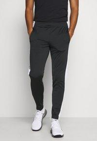 Reebok - VECTOR TRACK PANT - Pantalon de survêtement - black - 0