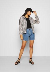 Abrand Jeans - A CLAUDIA CUT OFF - Shorts di jeans - georgia - 1
