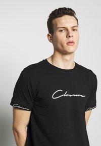 CLOSURE London - SCRIPT HIDDEN BAND TEE - Print T-shirt - black - 4