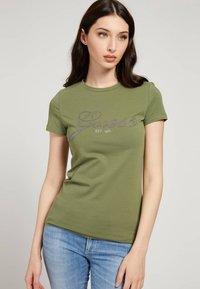 Guess - SELINA TEE - Print T-shirt - grün - 0
