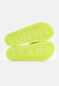 Tommy Jeans - FLAG POOL SLIDE - Mules - hyper yellow - 5
