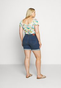 CAPSULE by Simply Be - SHAPE AND SCULPT - Jeans Short / cowboy shorts - mid blue - 2