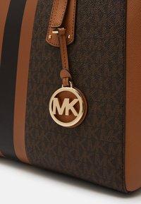 MICHAEL Michael Kors - VOYAGER SEMI LUX  - Handbag - brown/acorn - 5