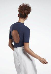 Reebok - LES MILLS® SHORT SLEEVE BODYSUIT - Print T-shirt - blue - 2