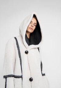 VSP - HOOD COAT REVERSIABLE - Classic coat - black/white - 5