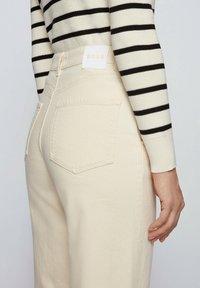 BOSS - Straight leg jeans - open white - 3