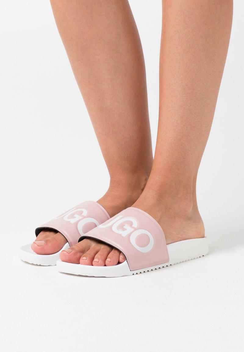 HUGO - TIME OUT SLIDE  - Pantofle - light pastel pink