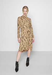 Vero Moda - VMELITA  - Shirt dress - tigers eye/black - 0