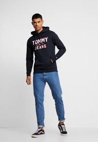 Tommy Jeans - ESSENTIAL LOGO HOODIE - Mikina skapucí - black - 1