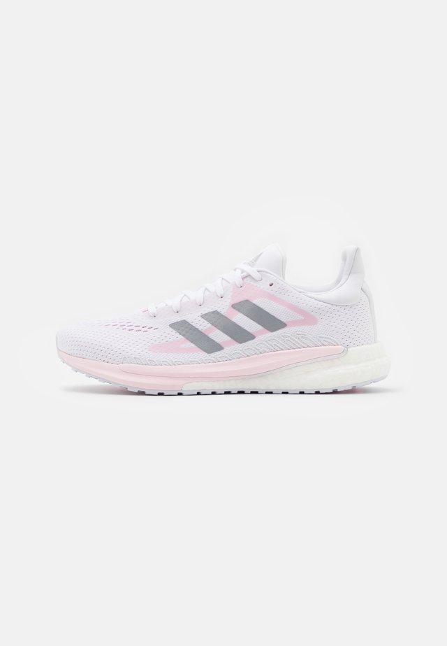 SOLAR GLIDE 3 - Hardloopschoenen neutraal - footwear white/silver metallic/fresh candy