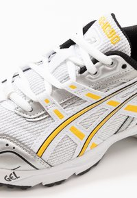 ASICS SportStyle - GEL-1090 - Sneakersy niskie - white/saffron - 7