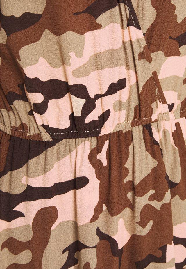 Korte jurk - camouflage peach