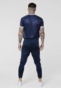 SIKSILK - STARLITE CURVED HEM TAPE TEE - Camiseta estampada - navy - 2