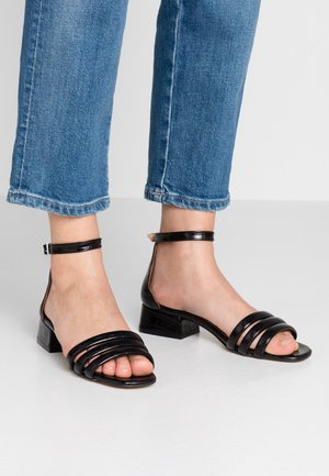 YASMIN PUFF CROCO - Sandaalit nilkkaremmillä - black