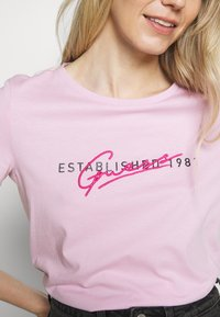 Guess - GENZIANA TEE - Triko spotiskem - glam pink - 6