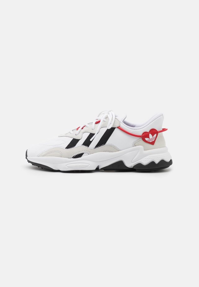 OZWEEGO UNISEX - Zapatillas - footwear white/core black/scarlet