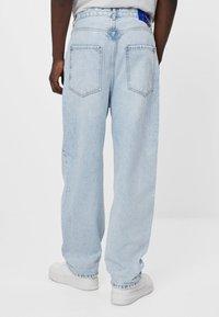 Bershka - MIT WEITEM BEIN IM  - Jeans a sigaretta - blue denim - 2