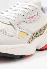 adidas Originals - Sneakersy niskie - chalk white/offwhite/scarlet - 2