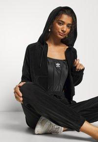 adidas Originals - CROP HOOD - Hettejakke - black - 3
