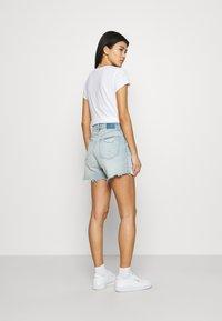 Abercrombie & Fitch - CURVE LOVE HIGH RISE MOM - Denim shorts - dark - 2