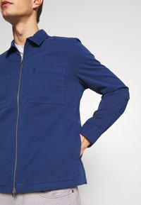 Marc O'Polo - LONG SLEEVE TWO PATCHED CHEST AND SIDE SEAM POCKETS - Veste légère - estate blue - 4