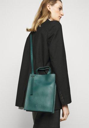 Taška spříčným popruhem - emerald