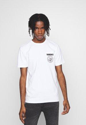 ONSRAMONES POCKET TEE - Print T-shirt - white