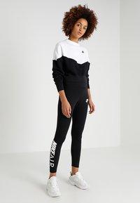 Nike Sportswear - W NSW HRTG CREW FLC - Mikina - black/white/black - 1
