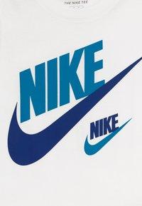Nike Sportswear - DOUBLE FUTURA TEE - T-shirt z nadrukiem - white - 3